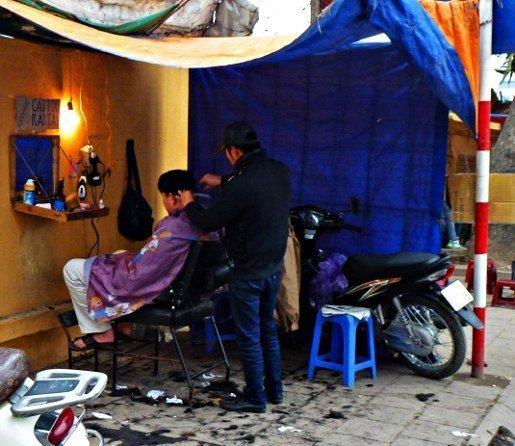 Hanoi street barber (515x446)
