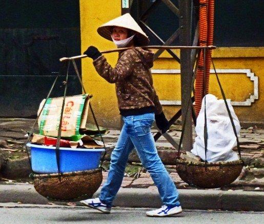 Hanoi street younger vendor yellow wall (515x438)