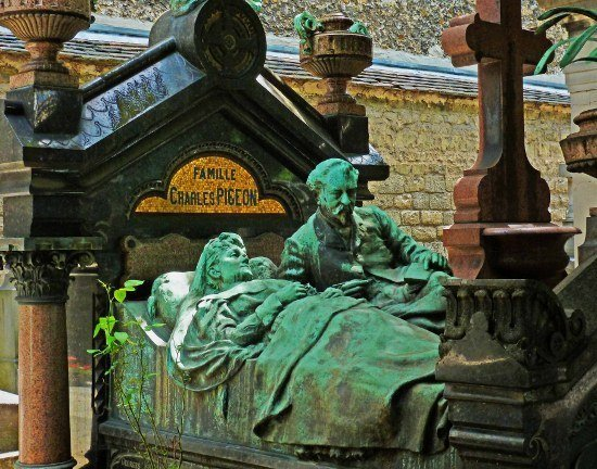 Montparnasse cemetery Pigeon grave bed