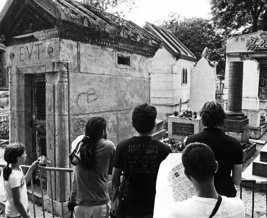 Pere Lachaise cemetery Jim Morrison grave crowd