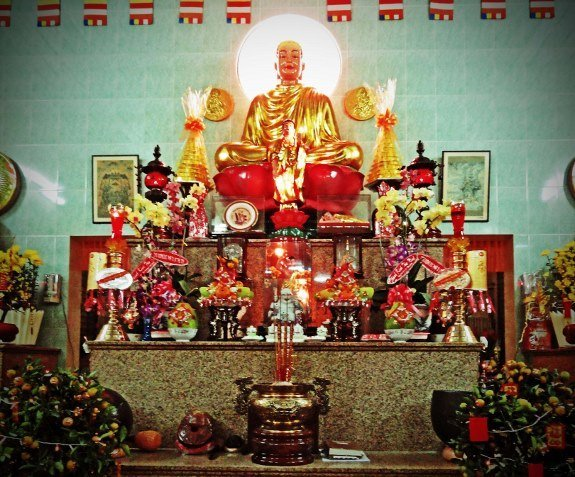 Chaum Lam Pagoda altar (575x477)