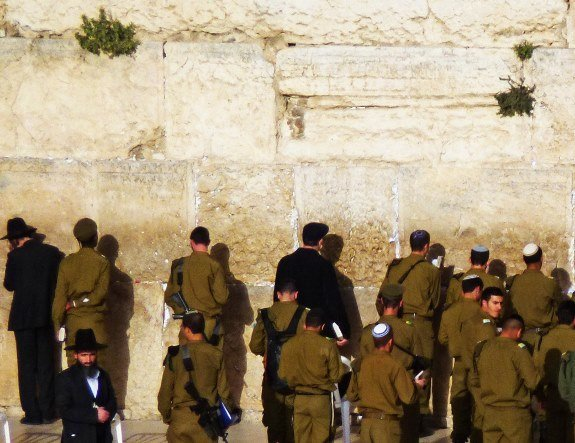Jerusalem western wall soldiers praying