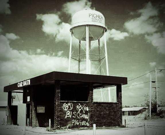 Picher Oklahoma abandoned water tower and car wash (575x470)