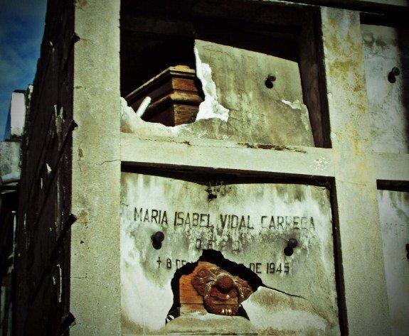 Recoleta broken tombs