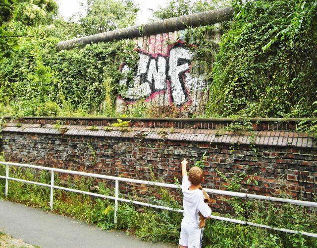 Berlin Wall boy pointing (640x500)