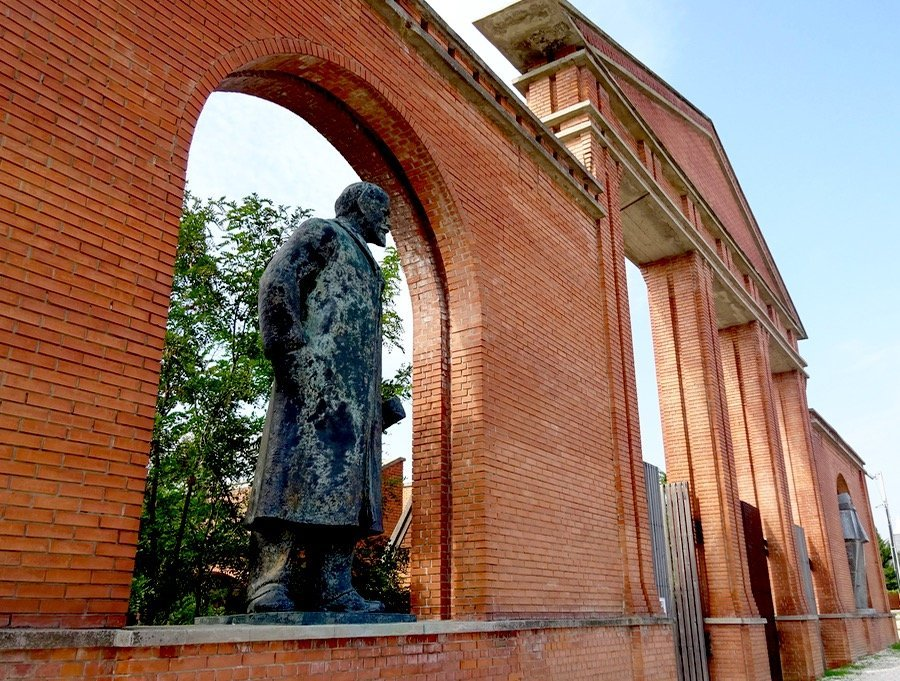 Budapest Lenin entry statue