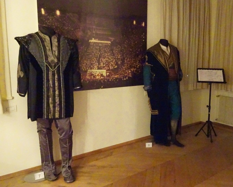Pavarotti home costumes