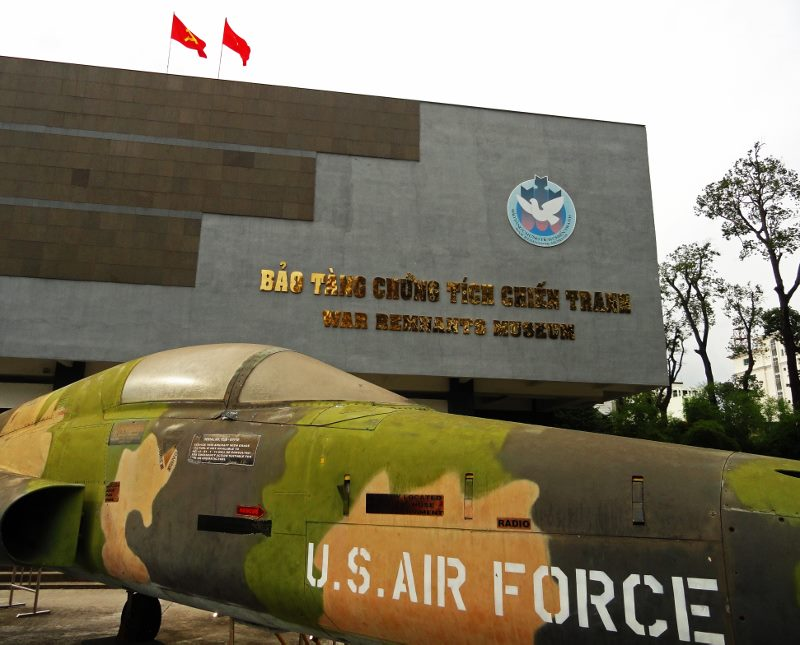 vietnam story war remnants museum usaf jet (800x645)